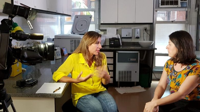 A repórter Helen Sarcconi conversa com a dra. Joana Prota